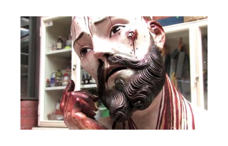 Άγαλμα του Ιησού με φυσικά δόντια