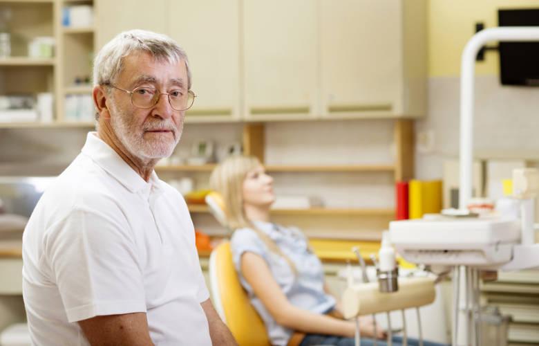 Οδοντίατρος μεγάλος σε ηλικία