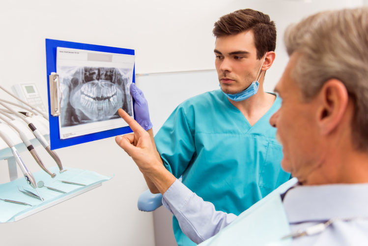 6 συνηθισμένα οδοντικά προβλήματα για ανθρώπους άνω των 50 (και οι λύσεις τους!)